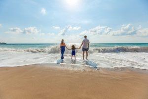 家族で夏休みを楽しむ